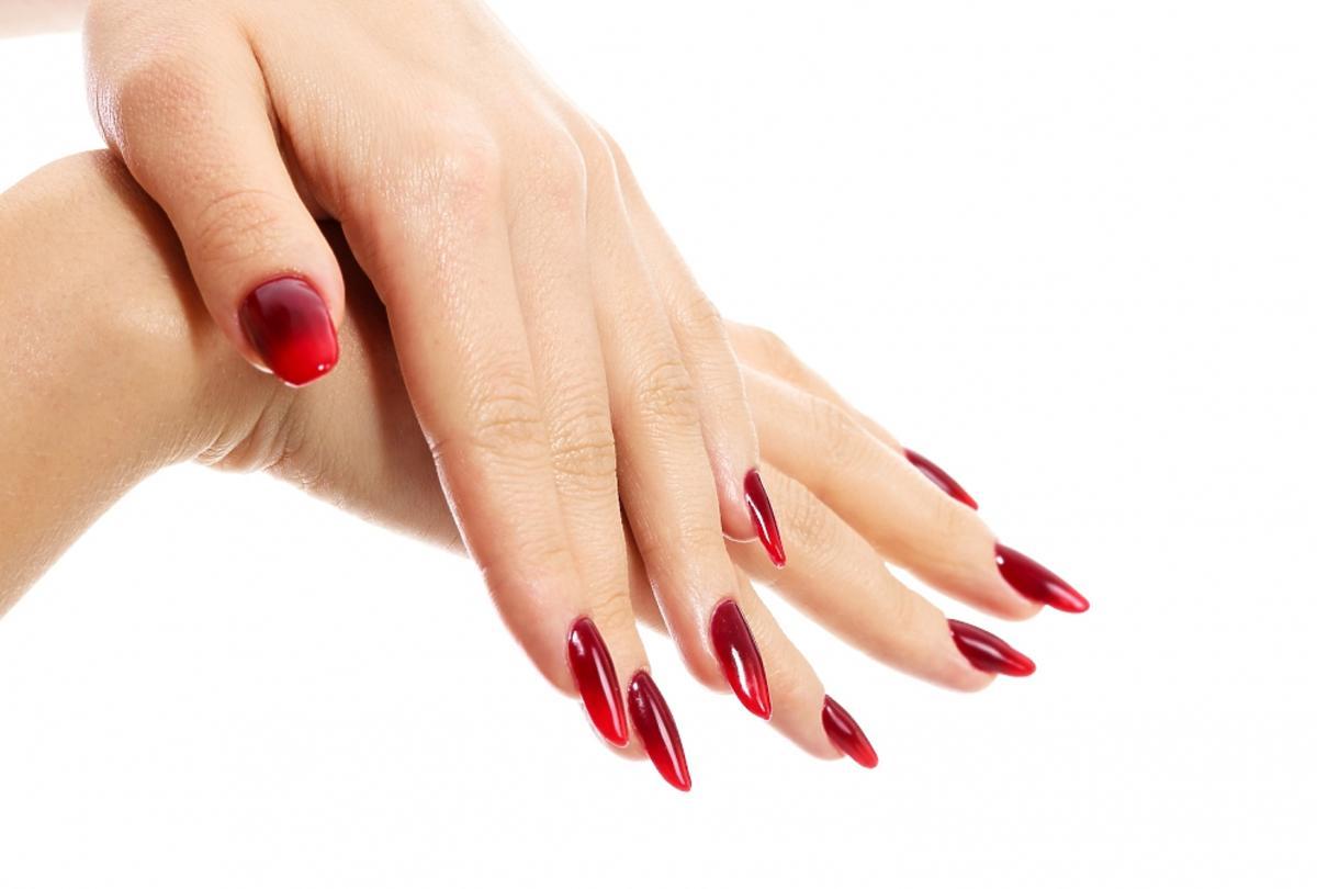 czerwone ombre na paznokciach