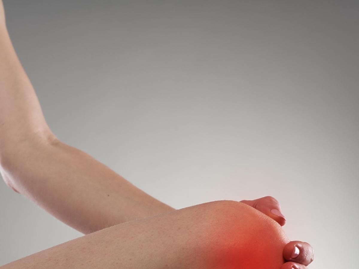 czerwony bolący staw kolanowy