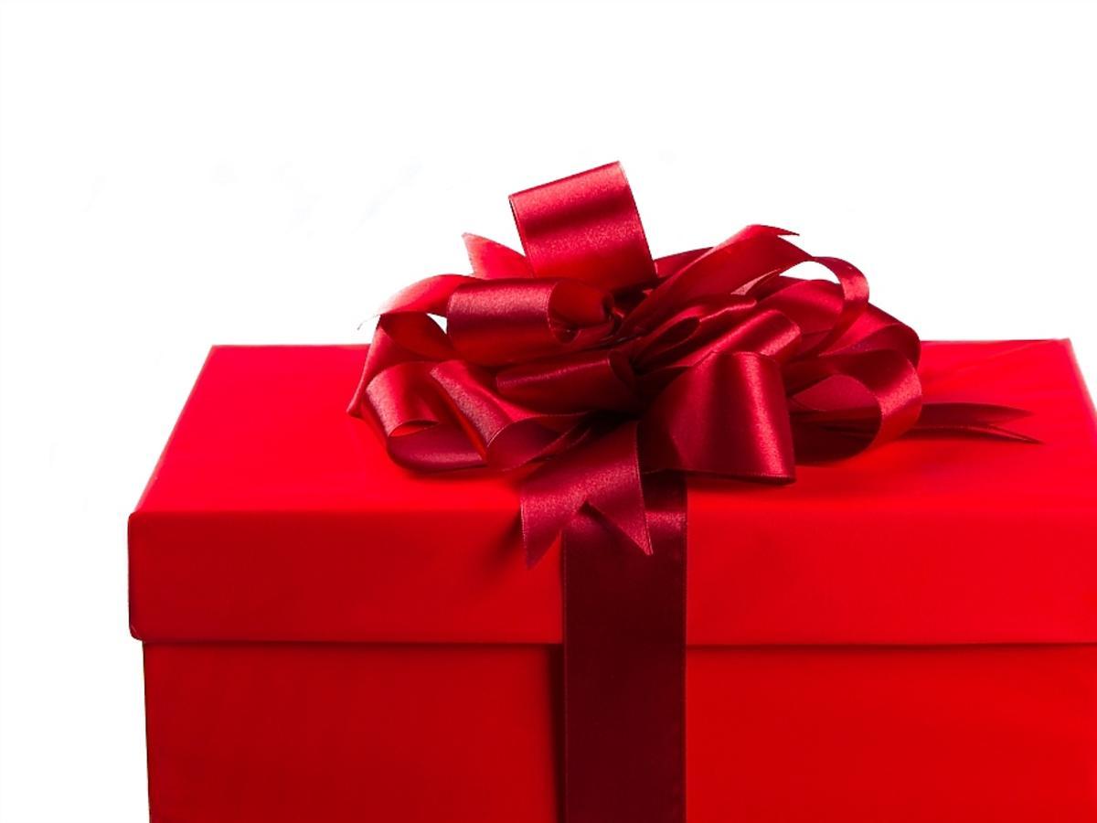 czerwony prezent ze wstążką