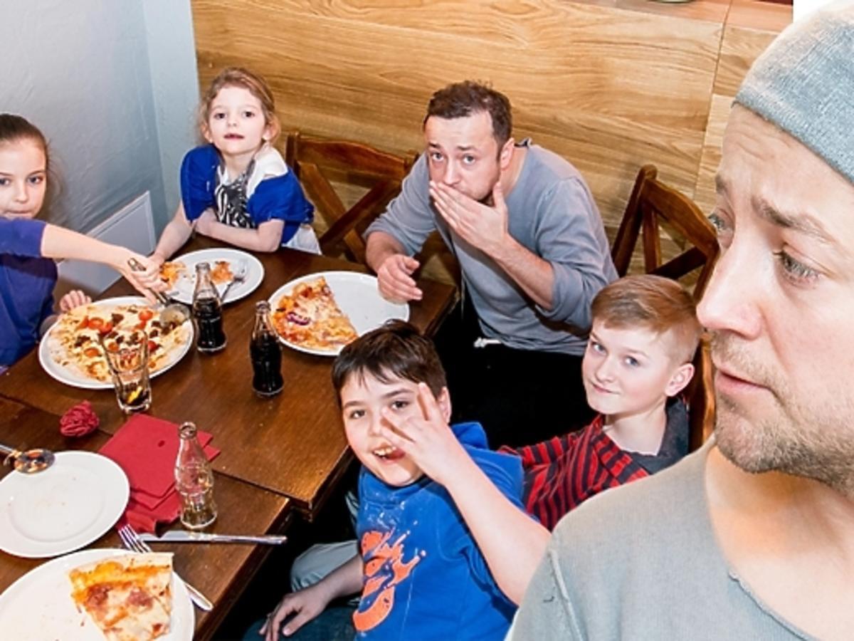 Czesław Mozil zaprosił swoją grupę z Małych Gigantów do restauracji