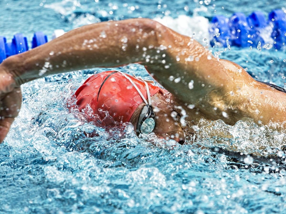 Człowiek pływający kraulem
