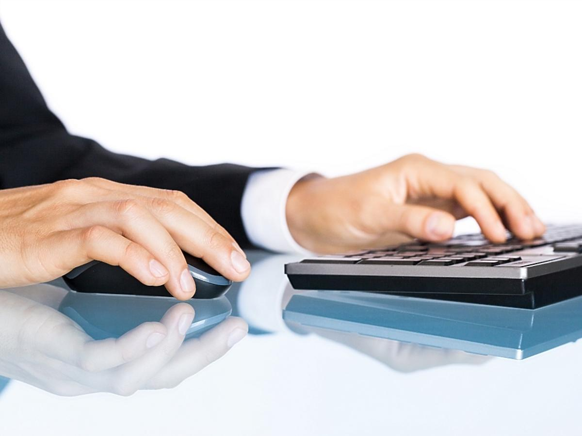 człowiek siedzący przed laptopem