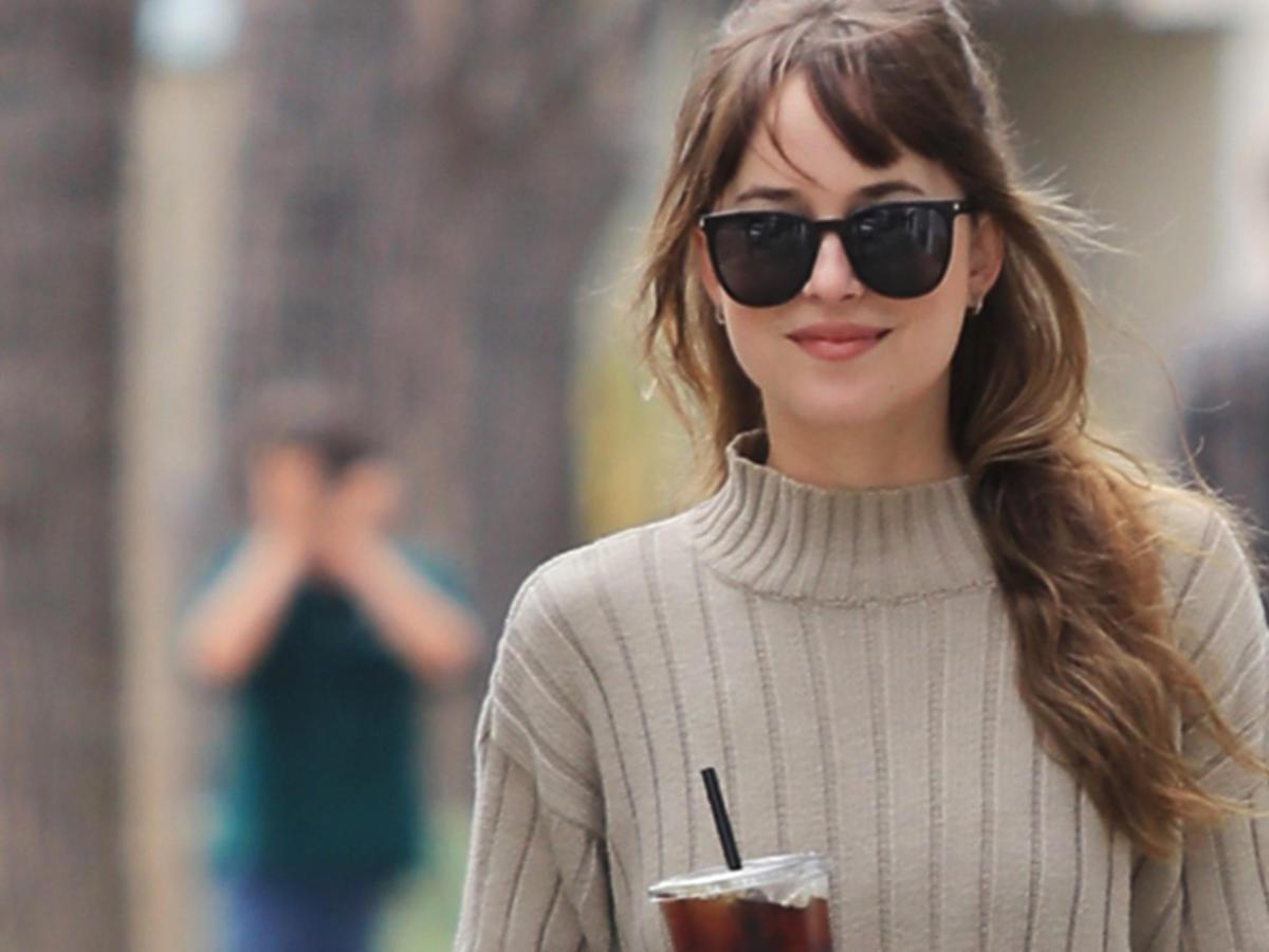 Dakota Johnson uśmiechnięta w Nowym Jorku