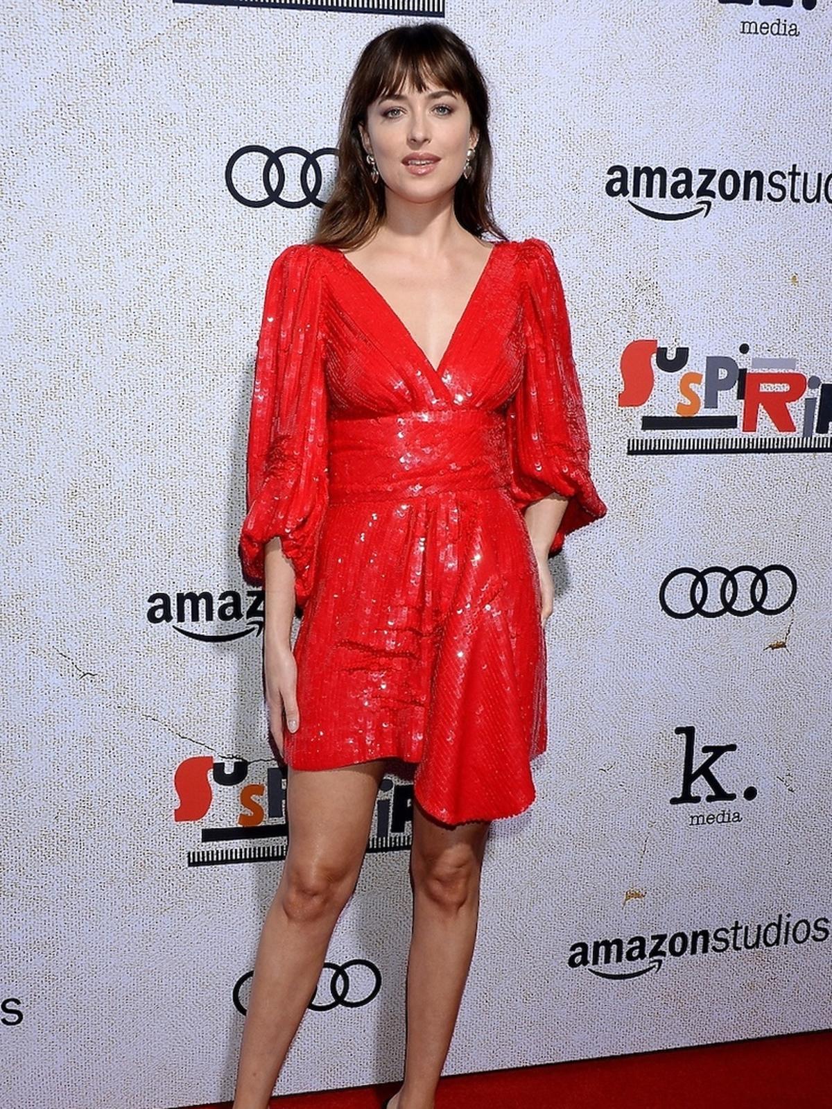 Dakota Johnson w czerwonej kreacji na premierze filmu