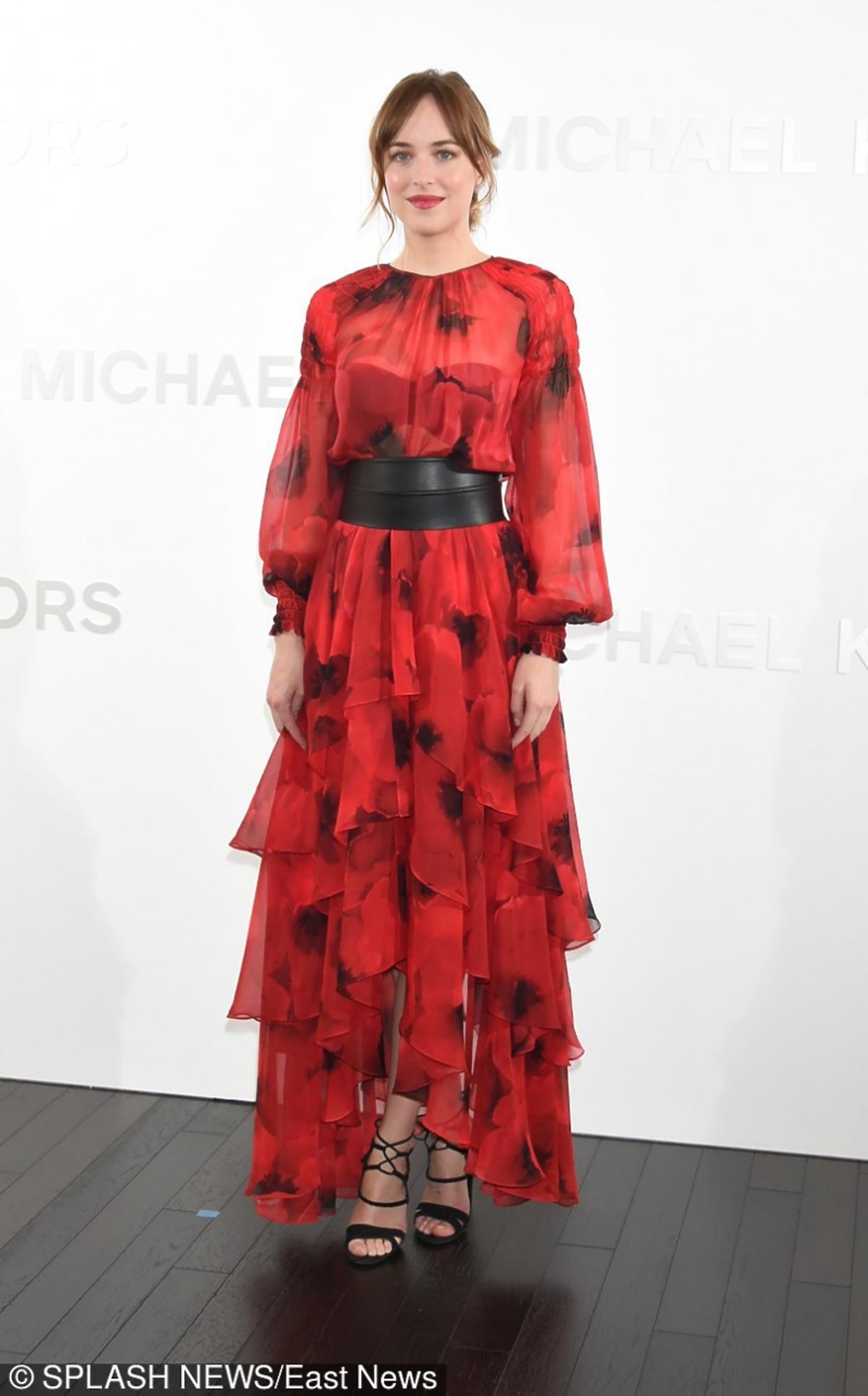 Dakota Johnson w długiej czerwonej sukni w maki