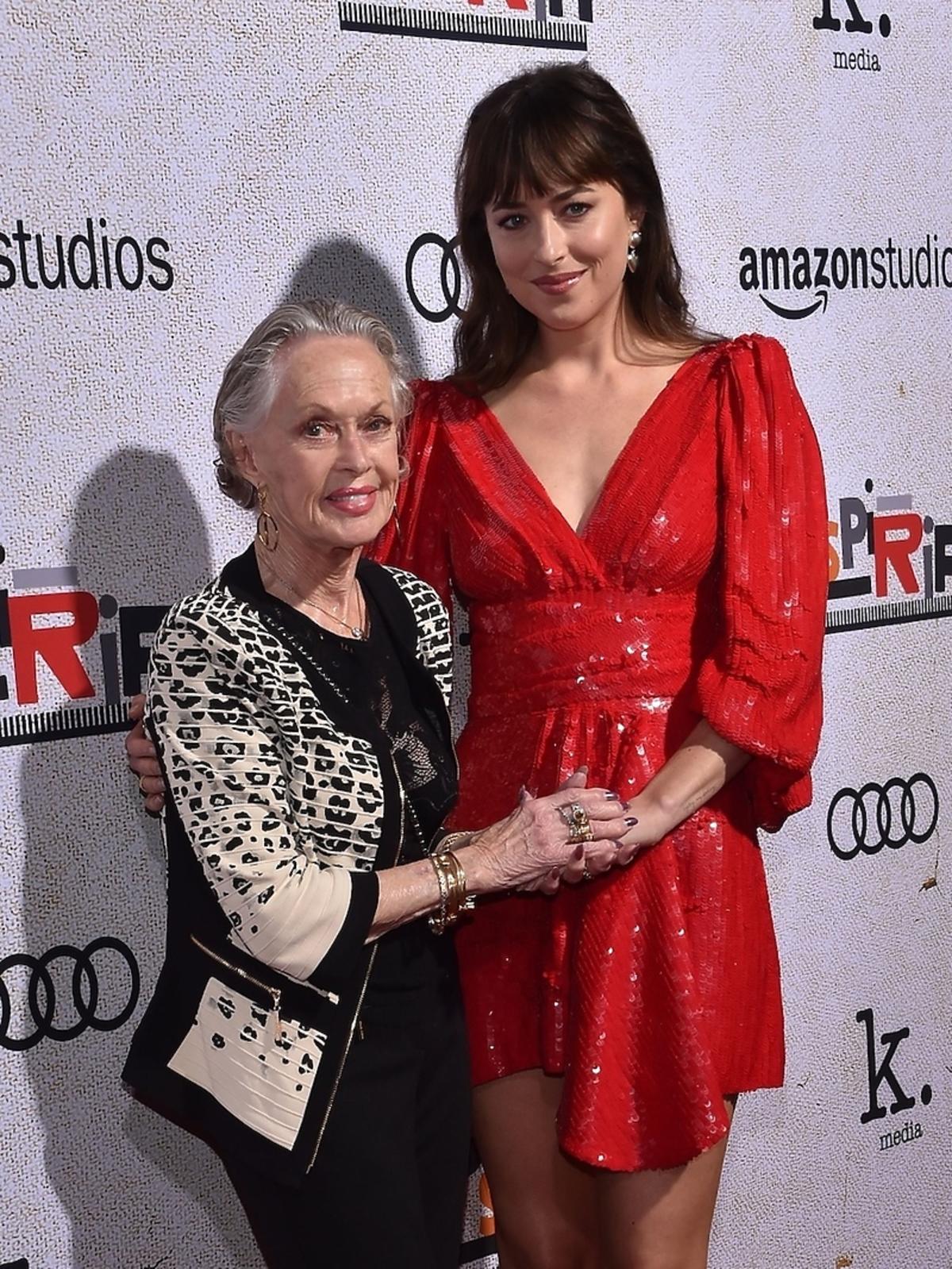 Dakota Johnson z babcią na premierze filmu w Los Angeles
