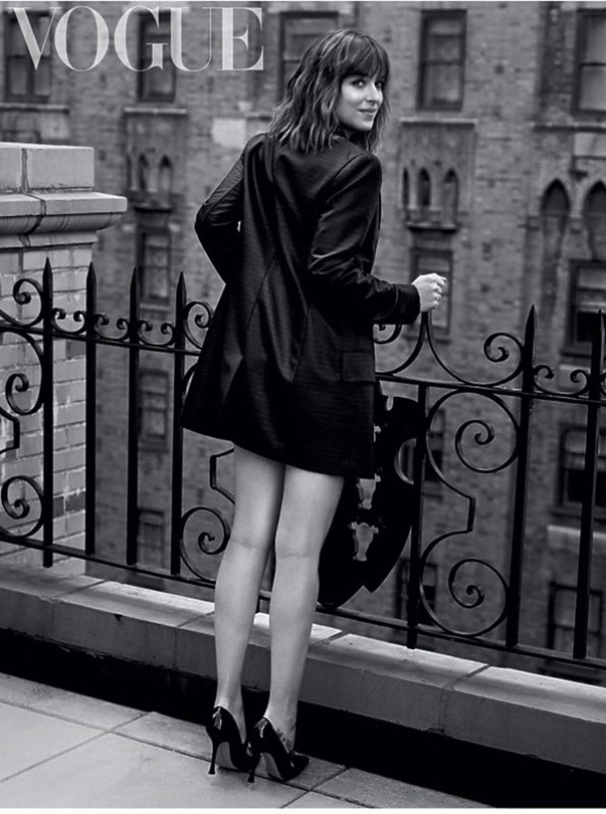 Dakota w brytyjskim Vogue'u w krótkim płaszczu
