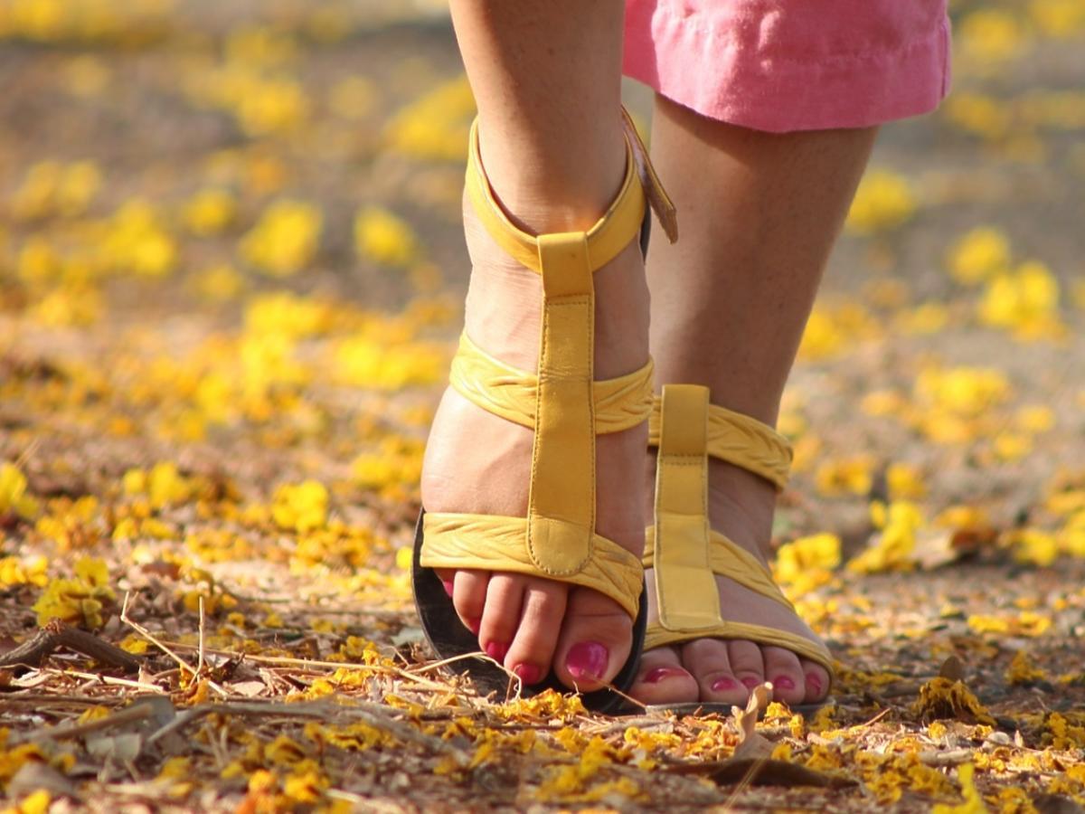 damskie stopy w sandałach