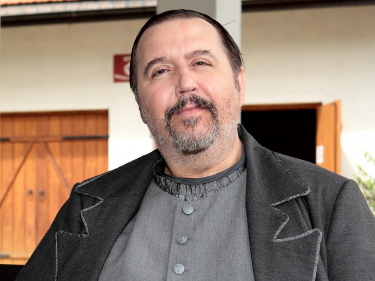 Dariusz Gnatowski w szarej koszulce i ciemnej marynarce