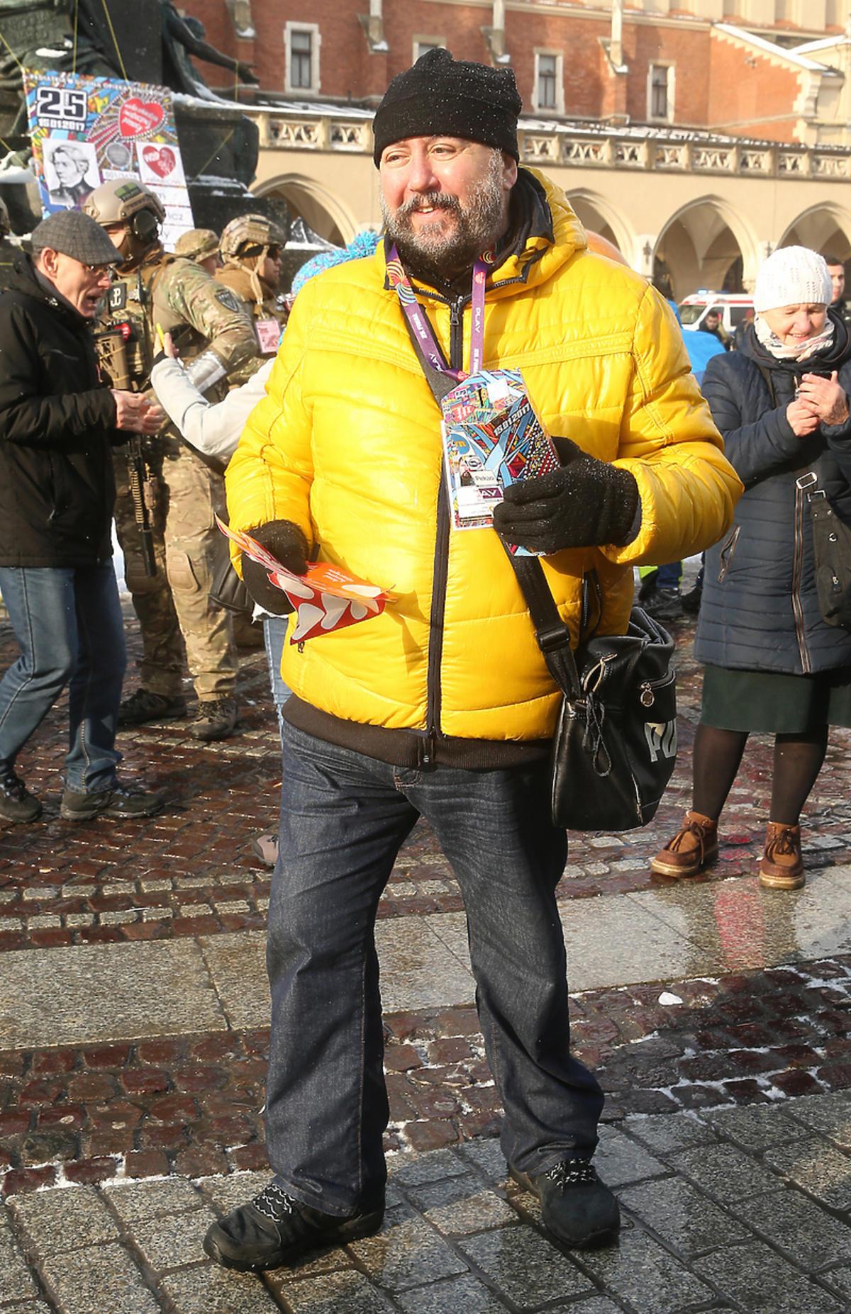 Dariusz Gnatowski w żółtej kurtce