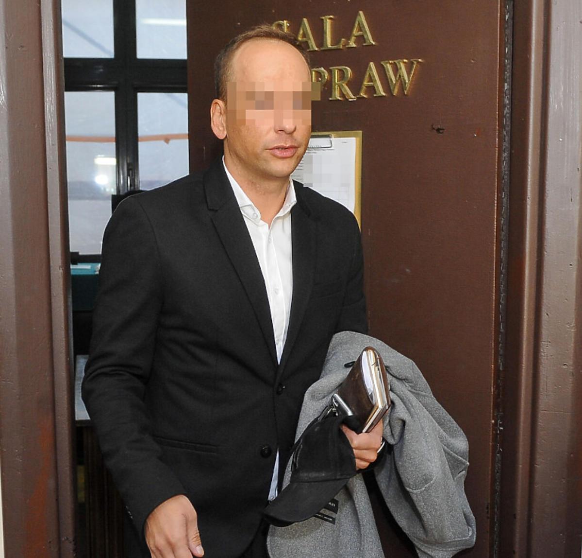 Dariusz K. wychodzi z sali sądowej