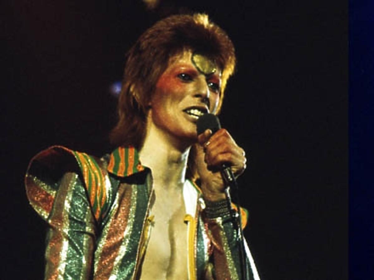 David Bowie śpiewa na scenie