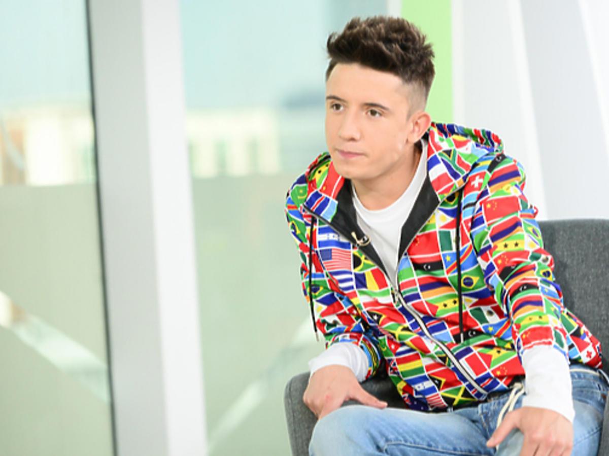 Dawid Kwiatkowski w kolorowej bluzie