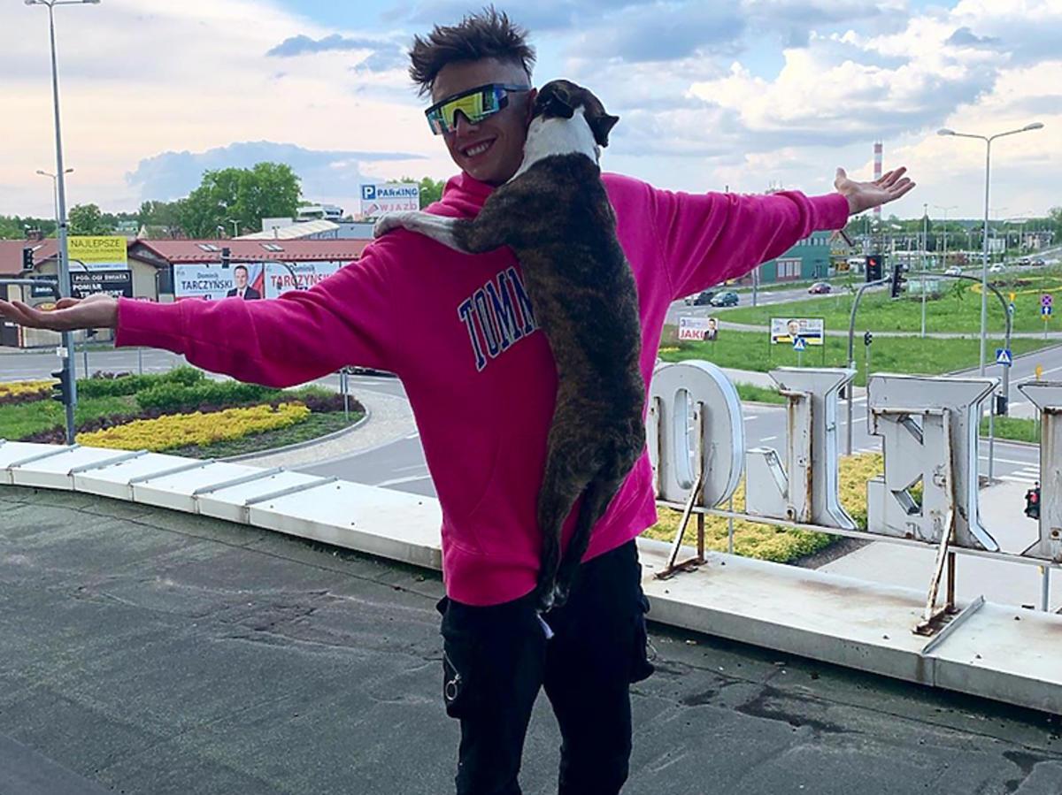 Dawid Kwiatkowski w różowej bluzie