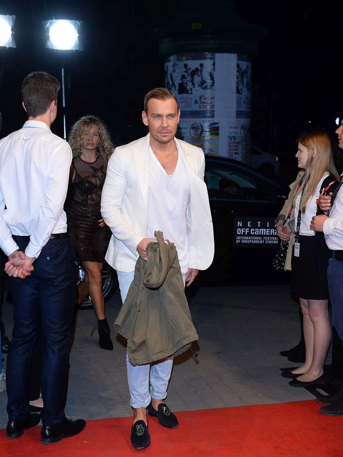 Dawid Woliński w białych spodniach