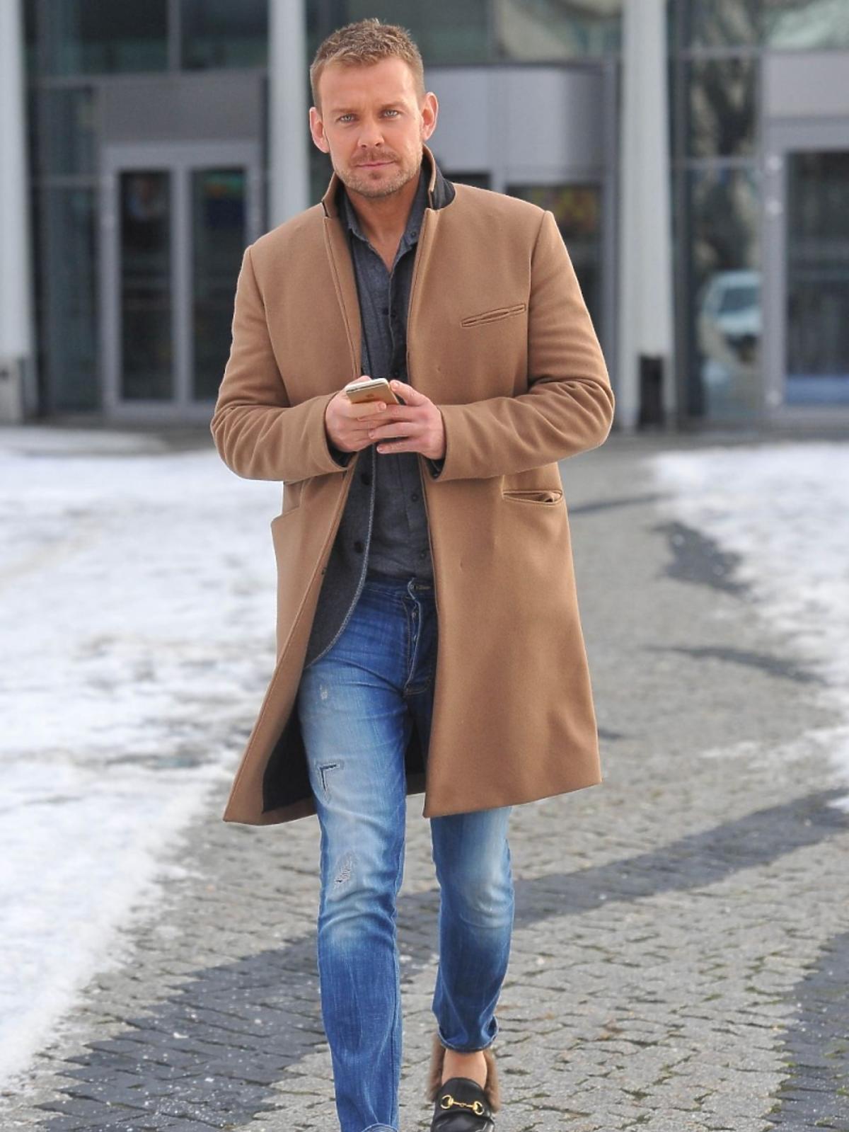 Dawid Woliński w camelowym płaszczu