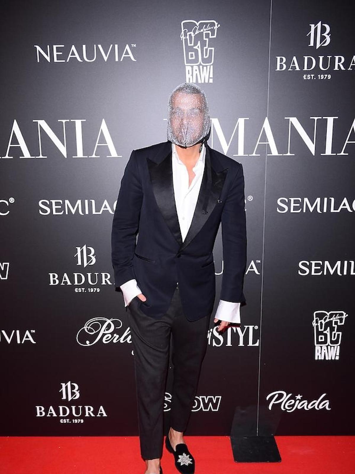 Dawid Woliński w masce na imprezie La Manii