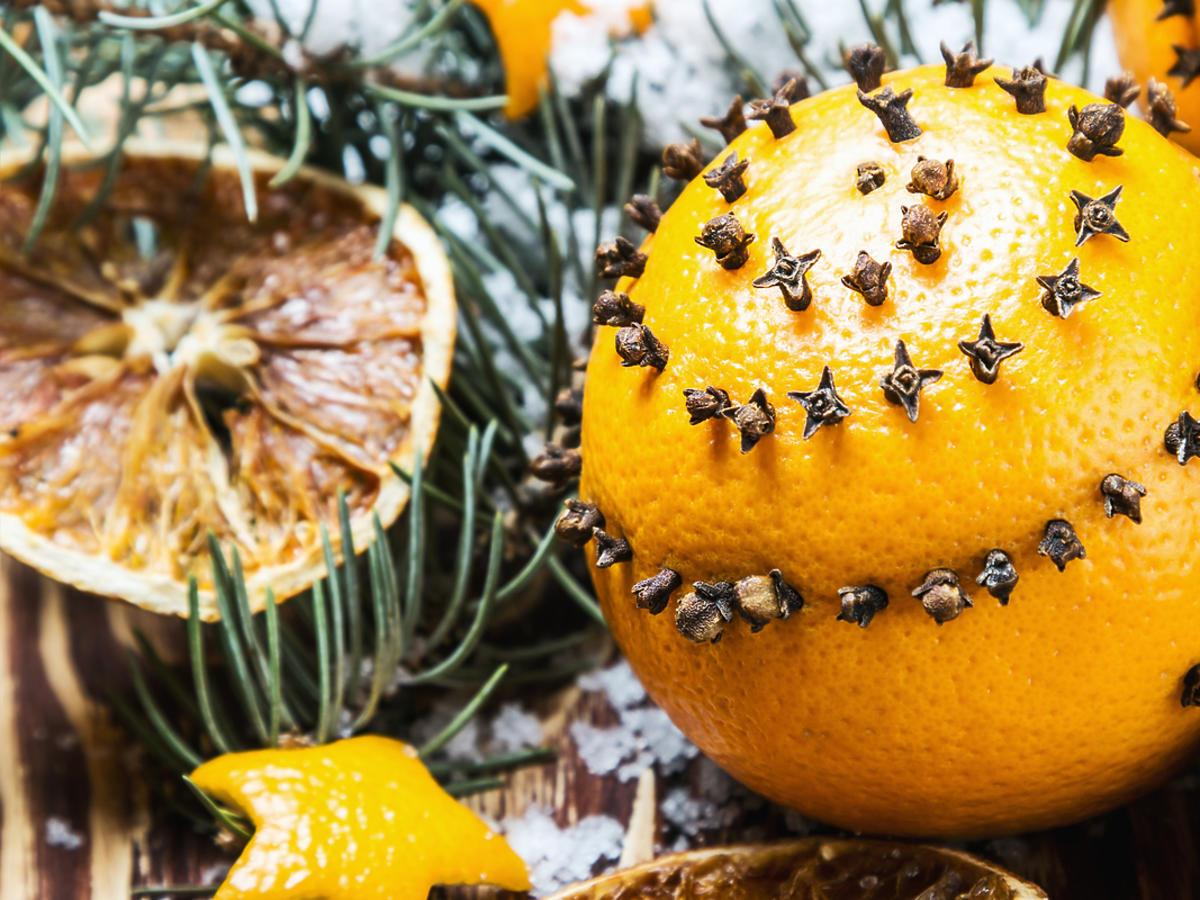 Dekoracje świąteczne z pomarańczy i wbitych w nią goździków