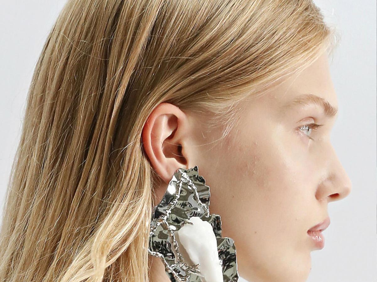 Delikatny i naturalny makijaż na wiosnę 2021