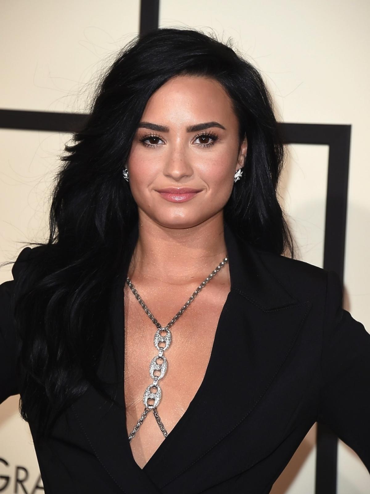 Demi Lovato w czarnej sukience z dekoltem i łancuchu na dekolcie