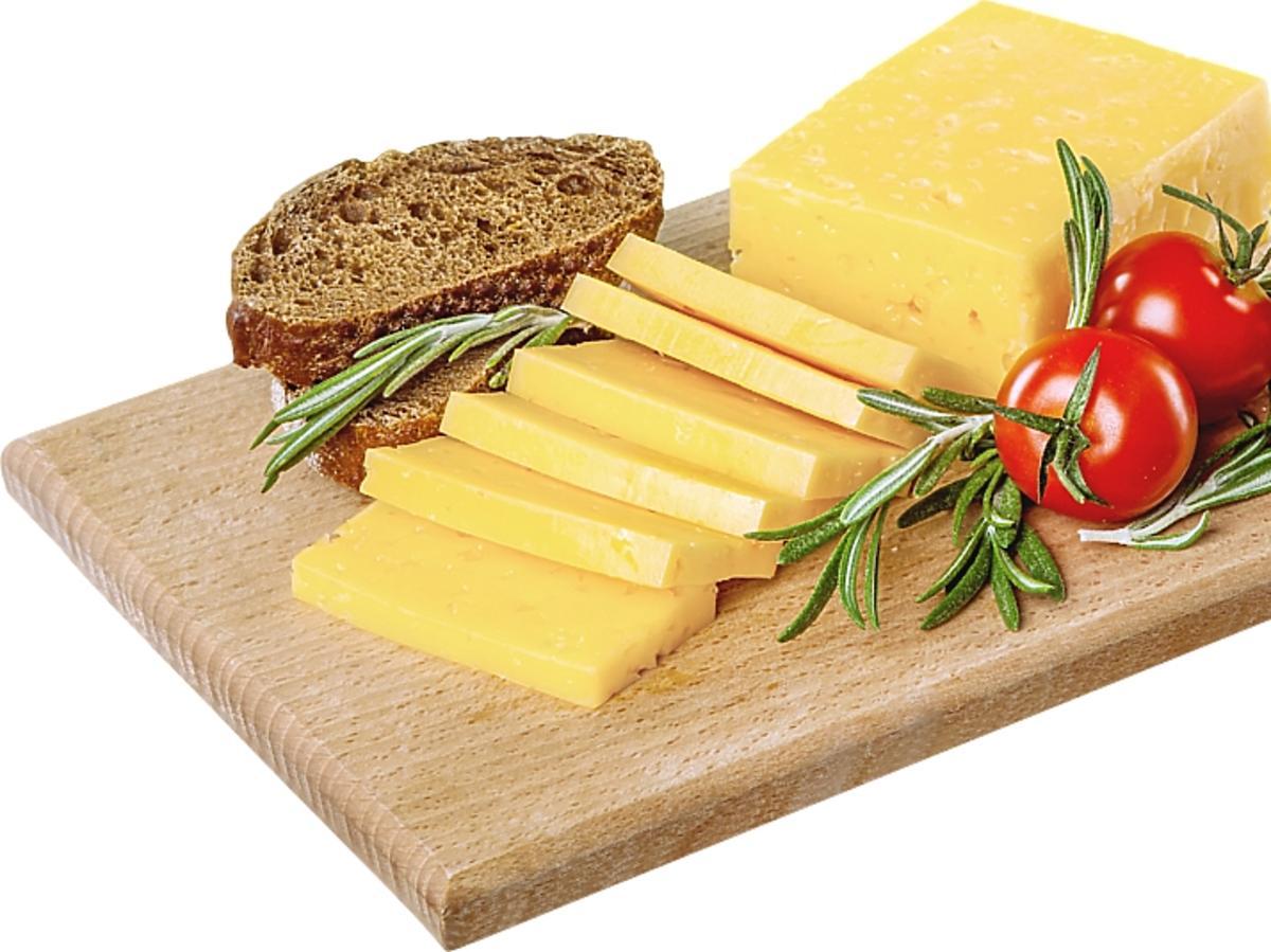deska z żółtym serem