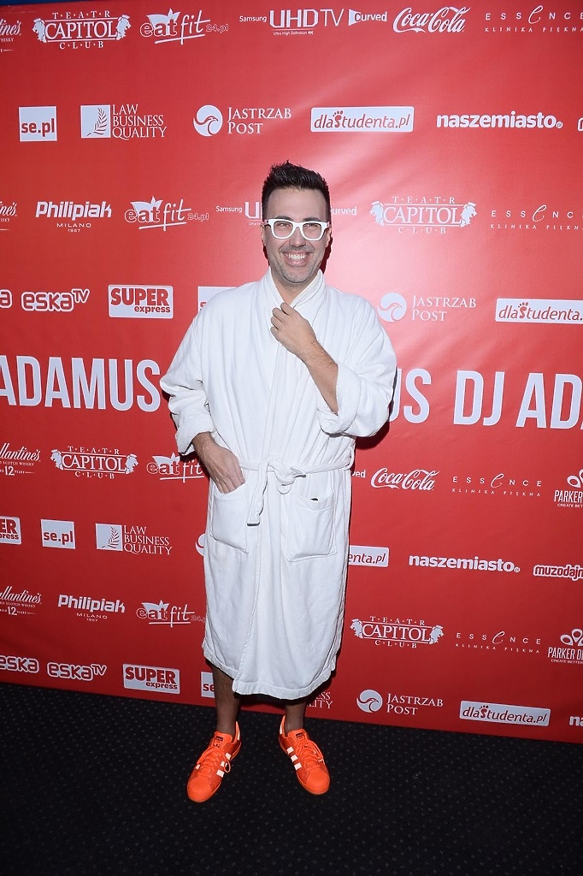DJ Adamus w białym szlafroku