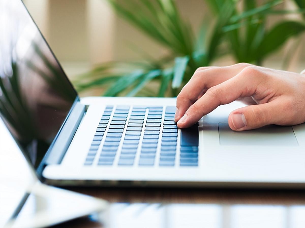 Dłoń na laptopie