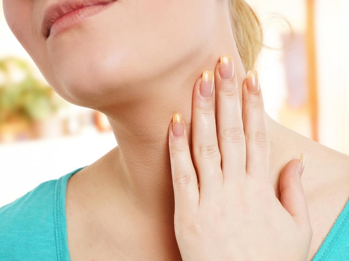 Dłoń przyłożona do szyi