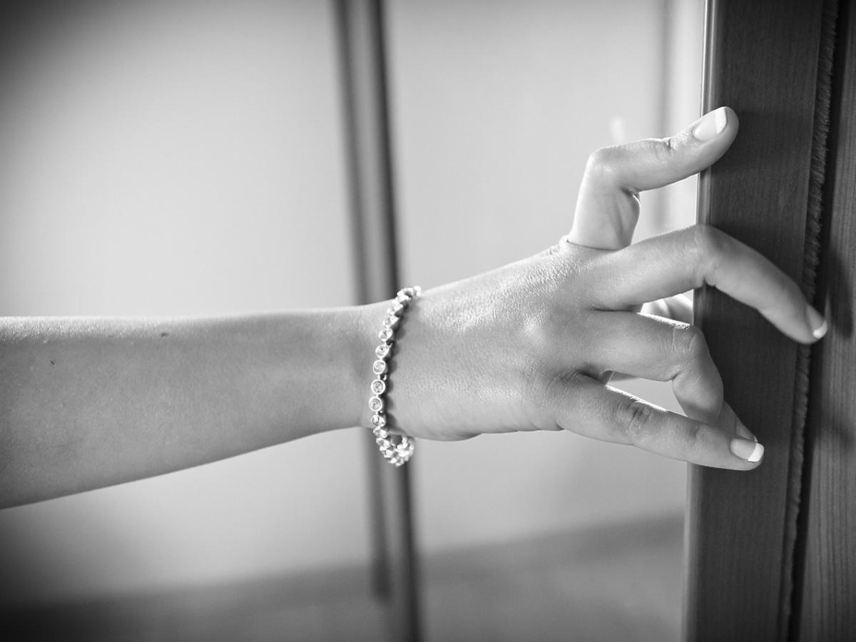 Dłoń z zadbanymi paznokciami