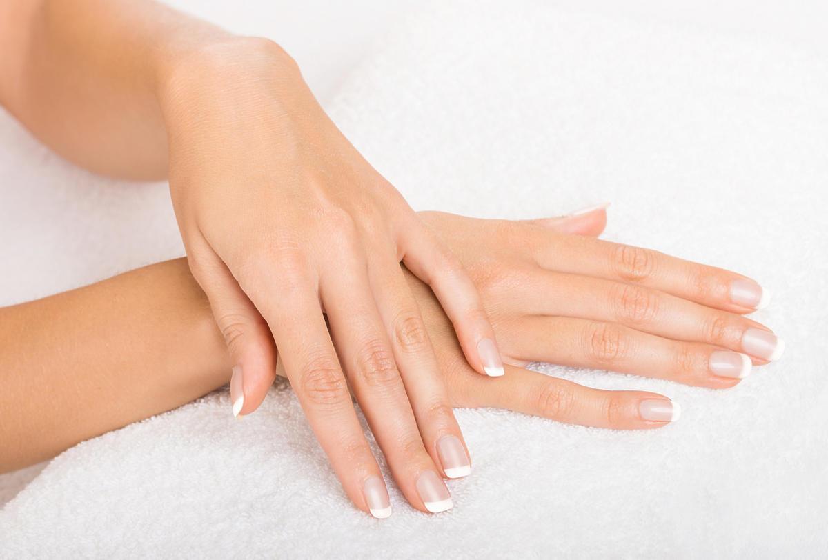 Dłonie i piękne paznokcie.