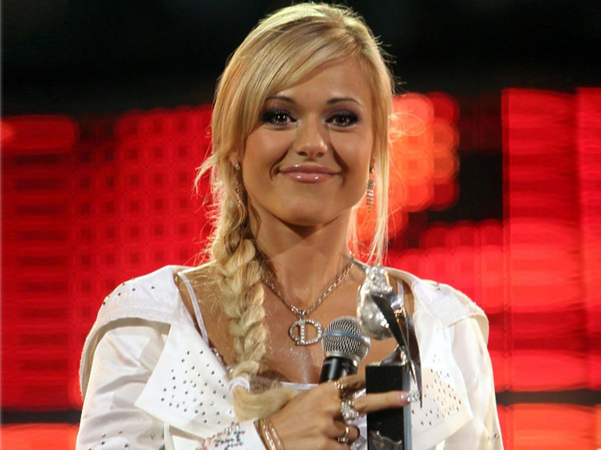 Doda odbiera nagrodę na festiwalu w Sopocie 2005