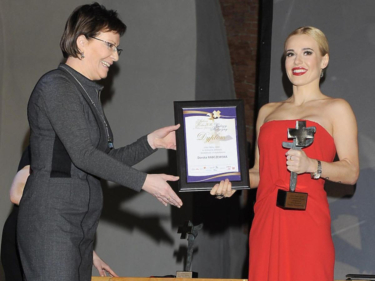 Doda odbiera nagrodę od Minister Zdrowia