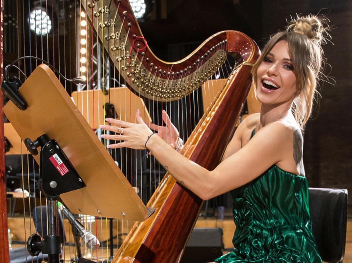 Doda przy harfie w zielonej sukience