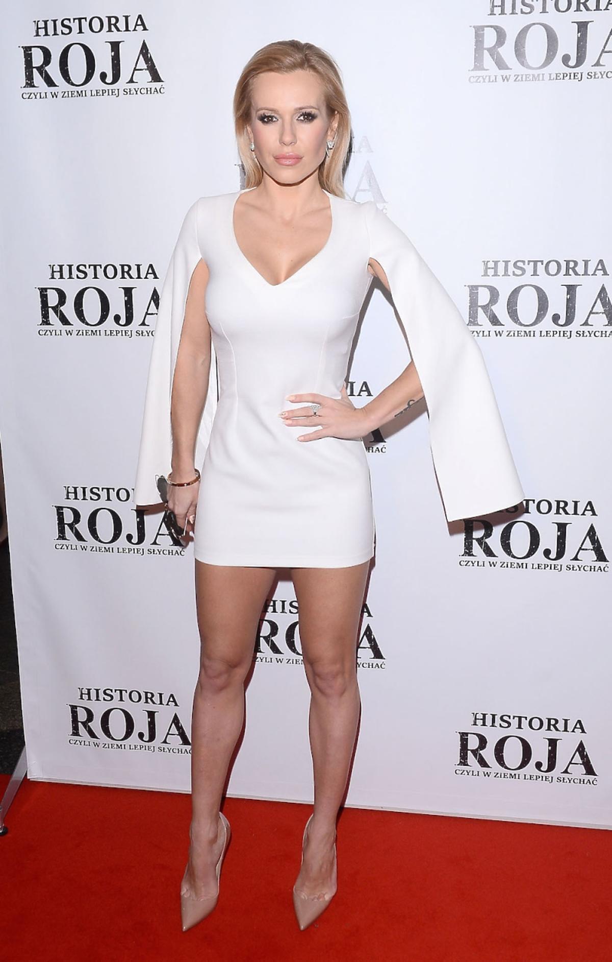 Doda w białej sukni z rozciętymi rękawami
