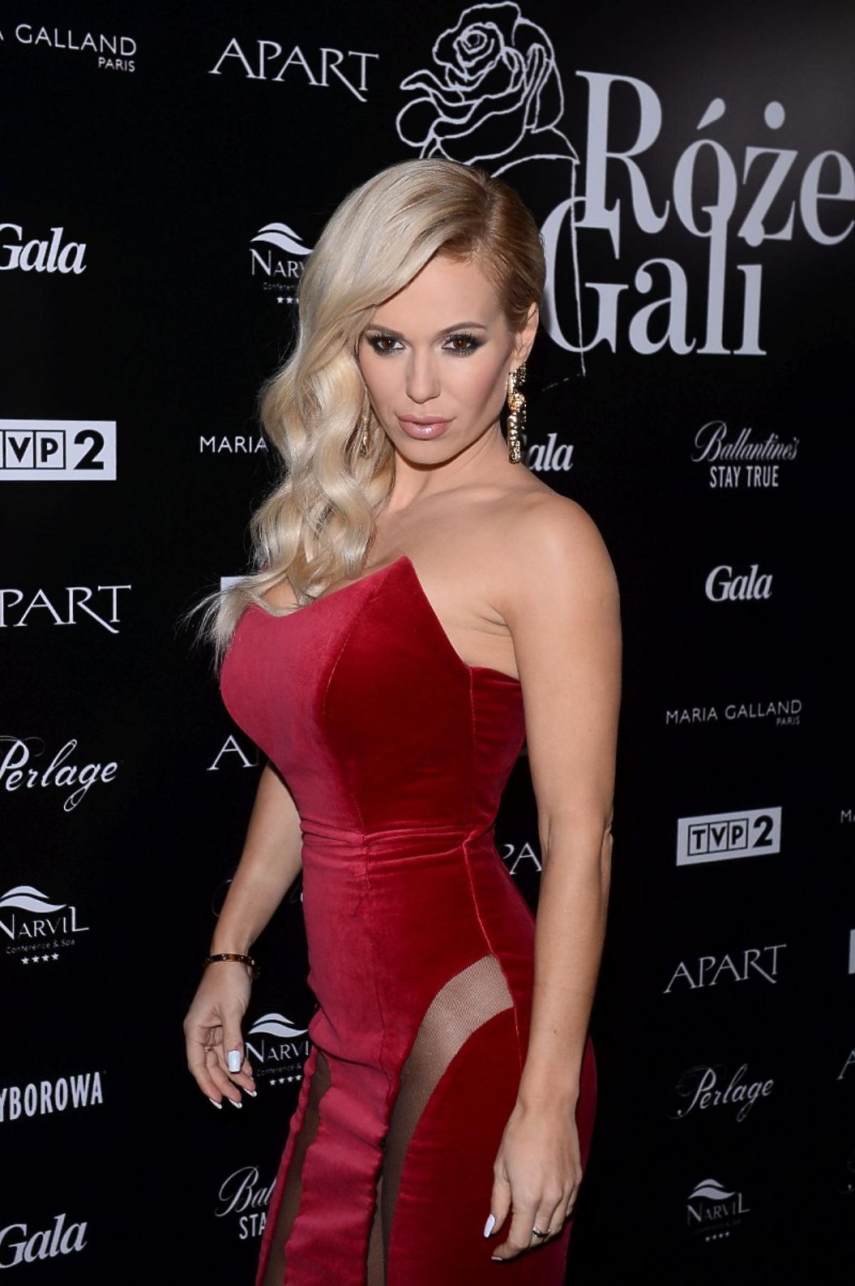 Doda w czerwonej sukni z prześwitami