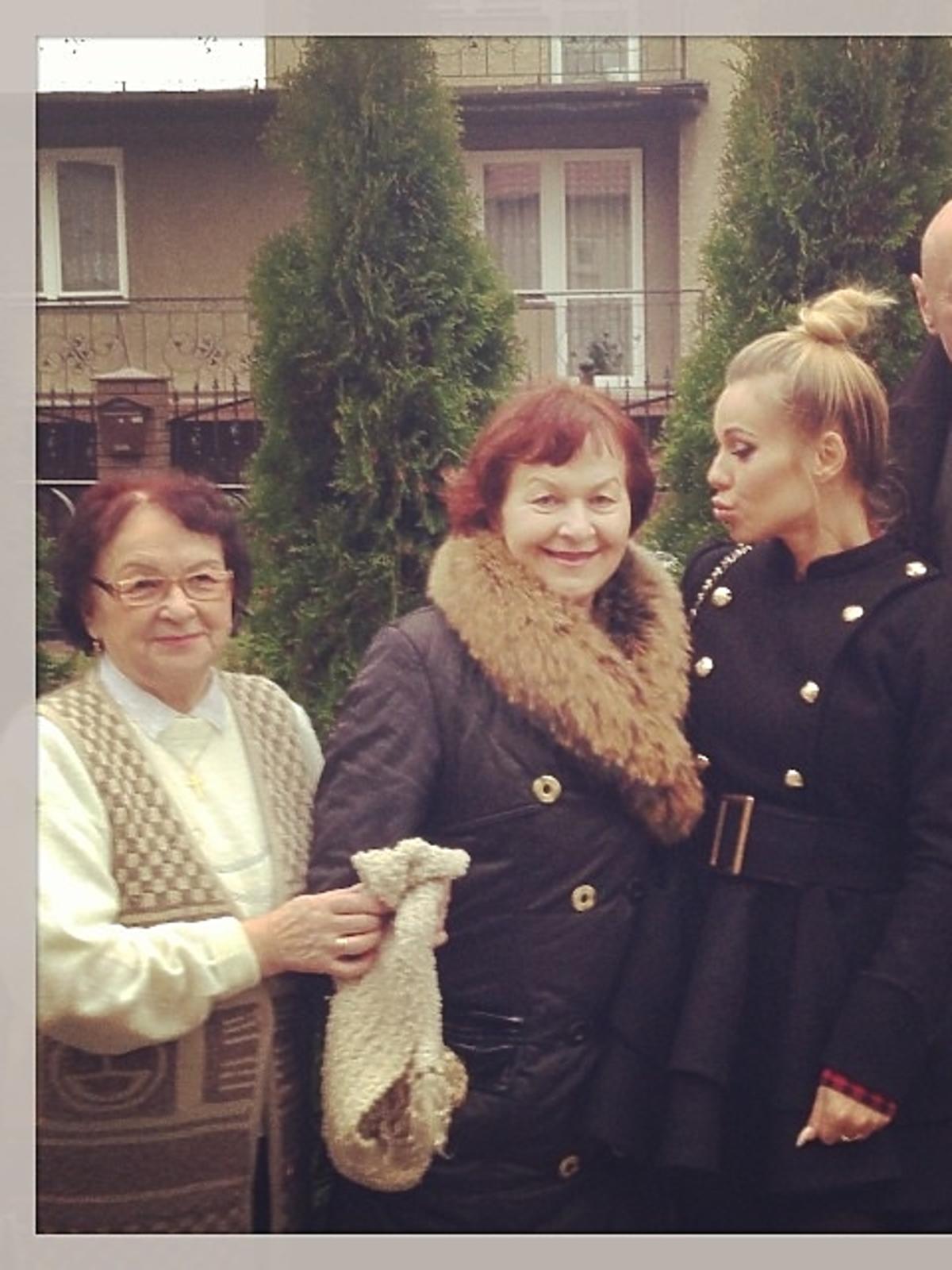Doda w rodzinnym Ciechanowie z babcią, mamą i ojcem