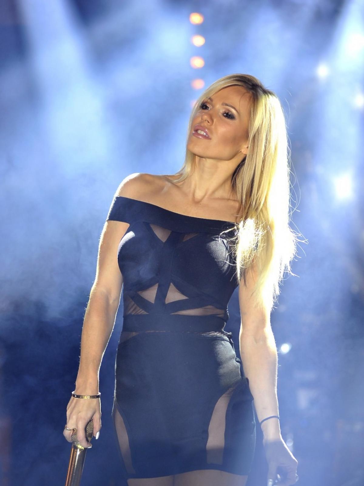 Doda w skórzanym czarnej sukience na koncert w Centrum handlowym Plejada