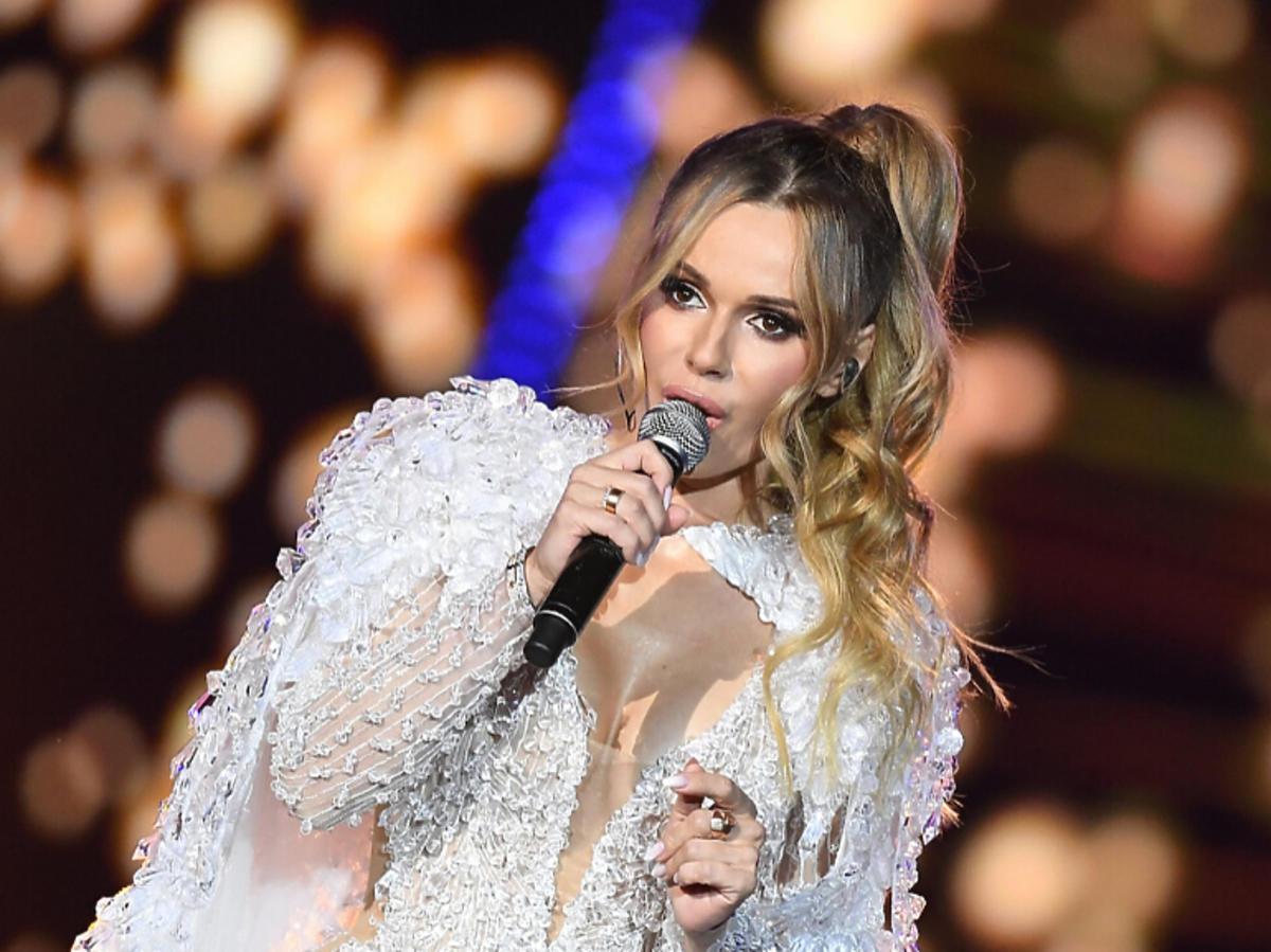 Doda w sukience projektu Patrycji Kujawy na wyborach Miss Supranational 2019