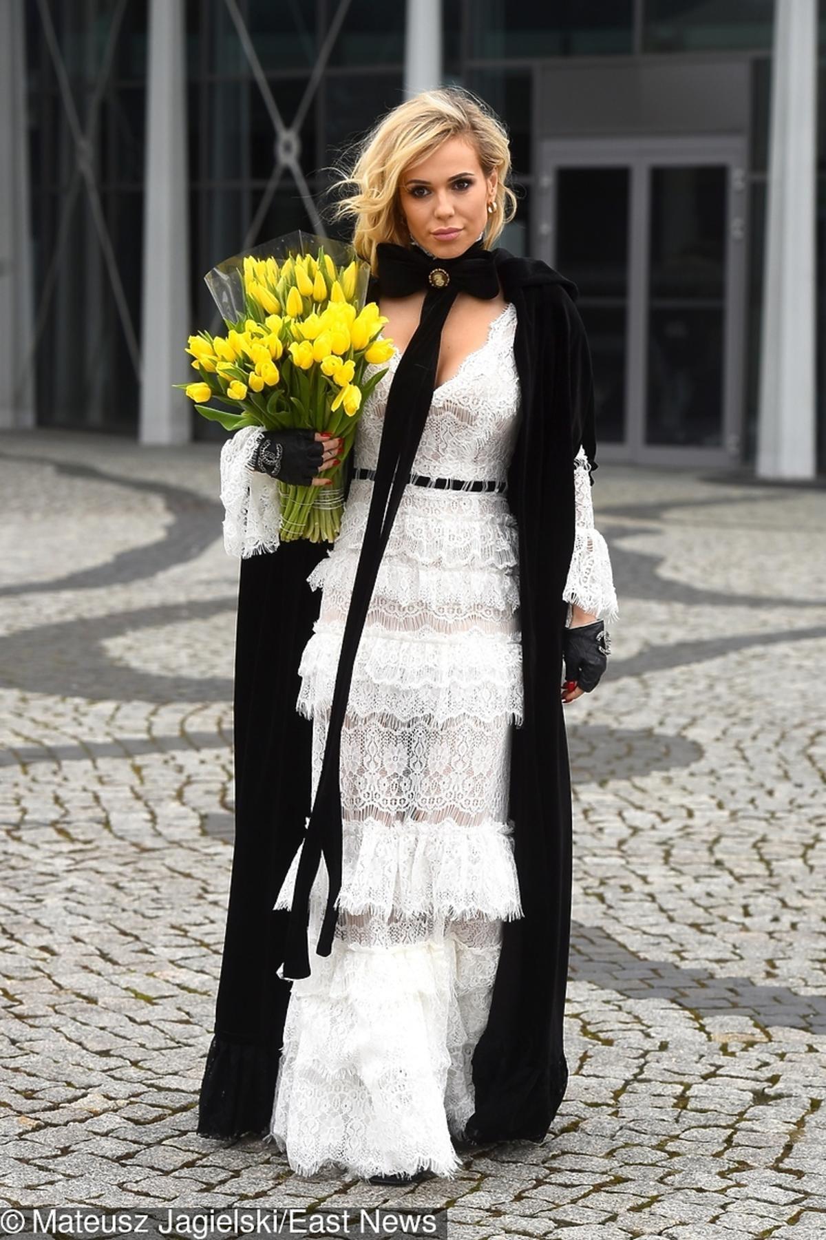 Doda wychodzi z TVP w białej długiej sukni