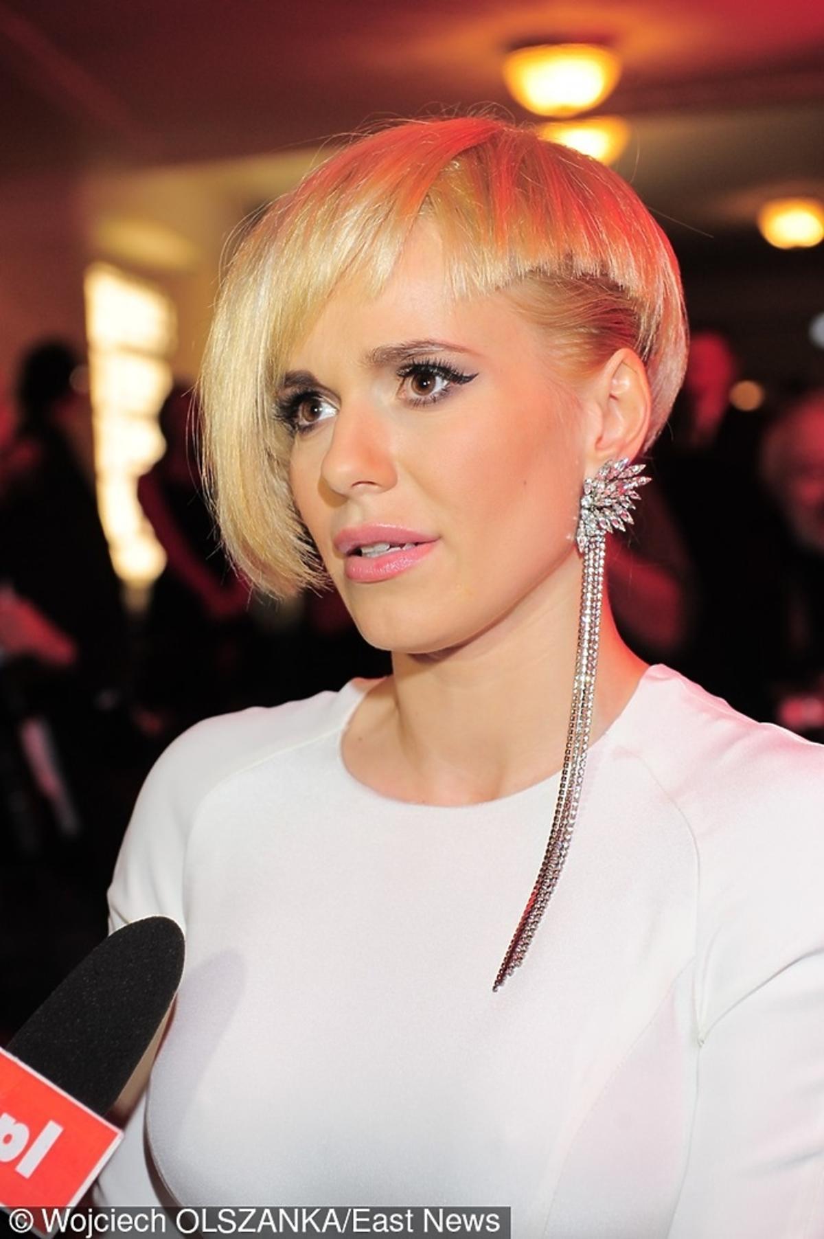 Doda z krótkimi, blond włosami