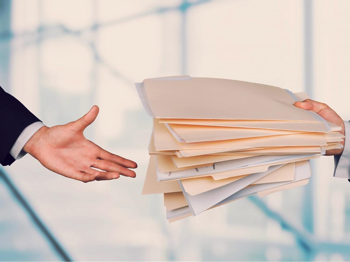 Dokumenty podawane z rąk do rąk