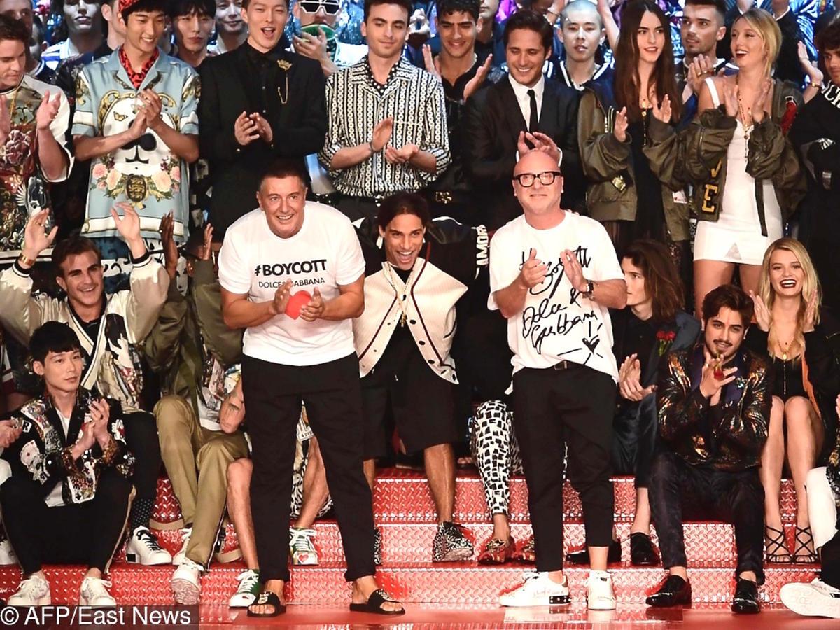 Domenico Dolce i Stefano Gabbana kłaniają się po swoim męskim pokazie wiosna/lato 18 w Mediolanie