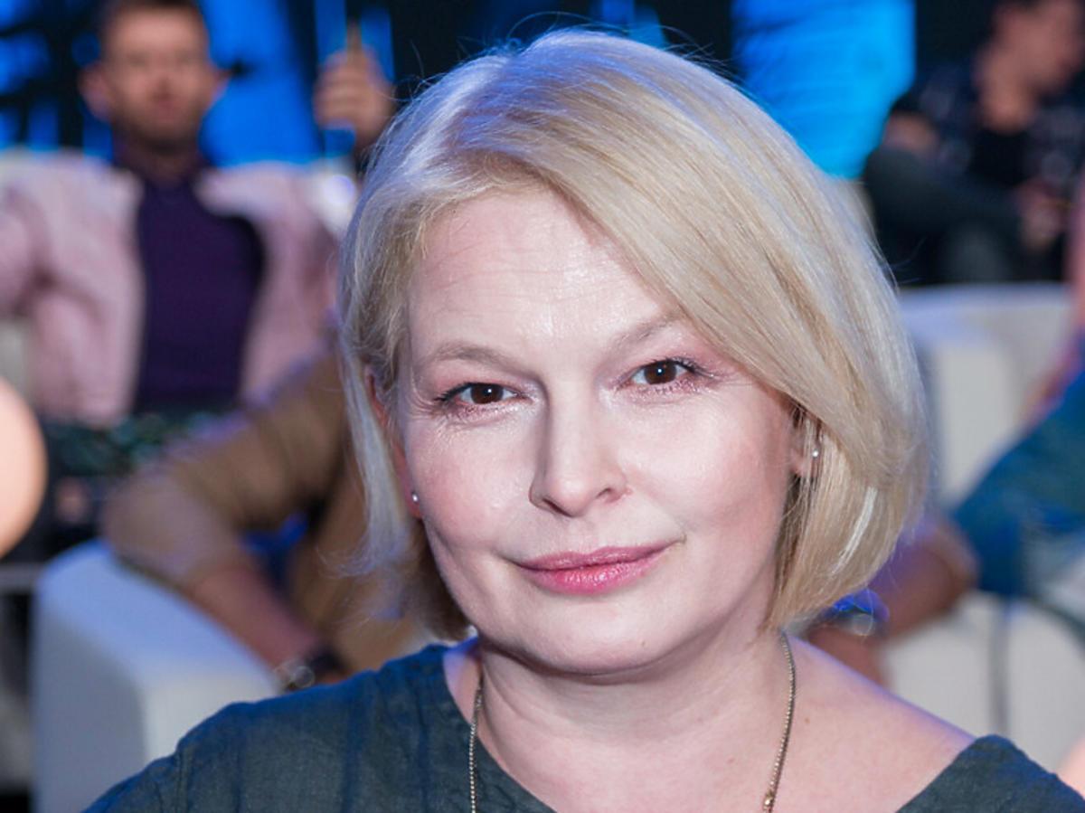 Dominika Ostałowska w zielonym swetrze