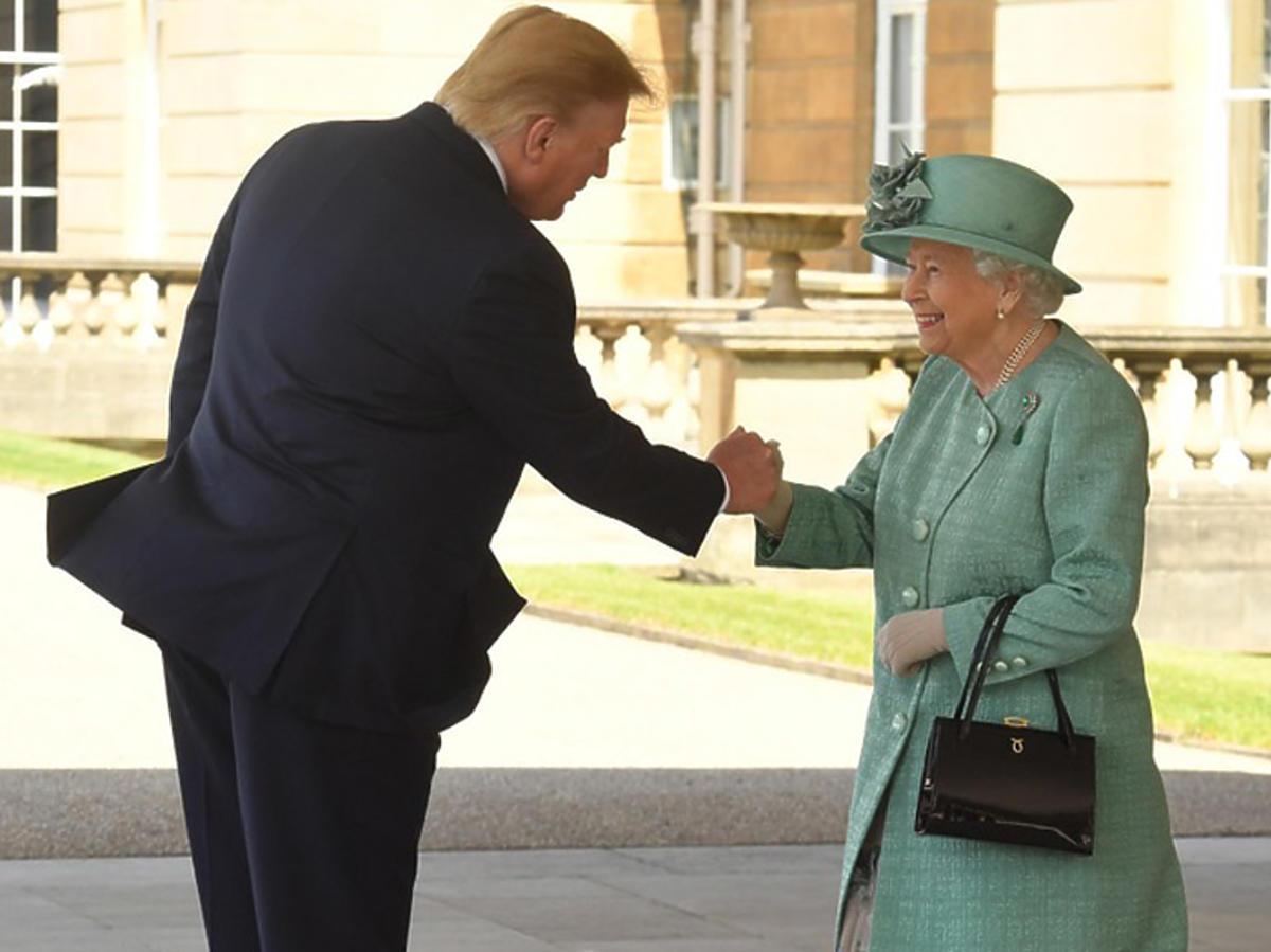 Donald Trump wita się z królową Elżbietą II