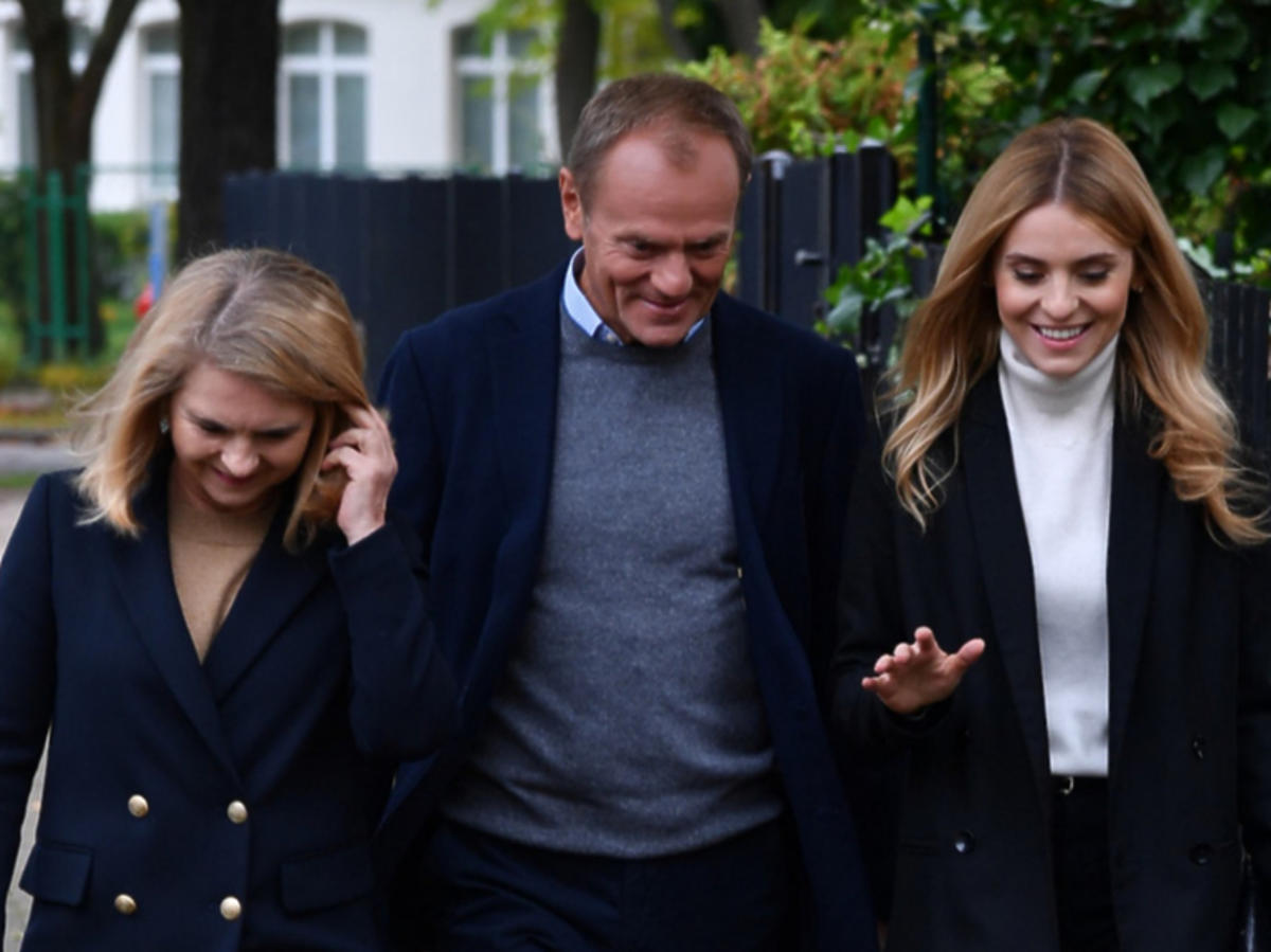 Donald Tusk z żoną i córką w drodze na wybory