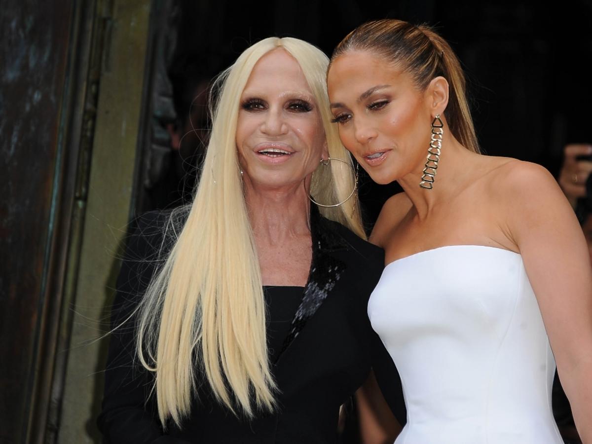 Donatella Versace i Jennifer Lopez na pokazie Versace w Paryżu