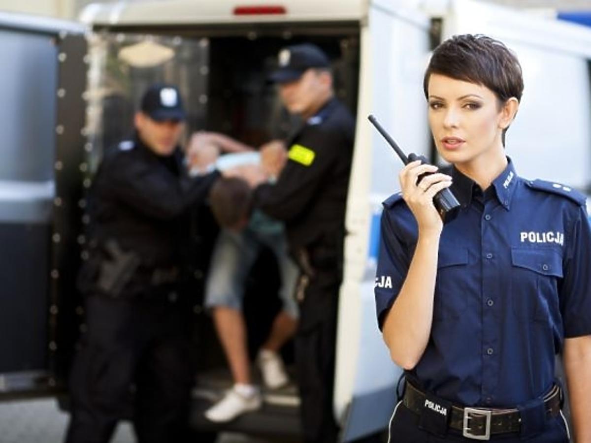Dorota Gardias jako policjantka w charytatywnym kalendarzu Fundacji Pomocy Wdowom i Sierotom