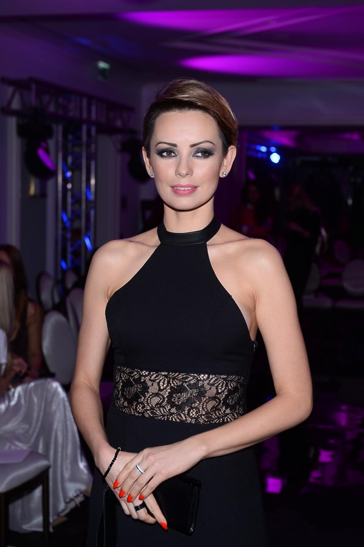 Dorota Gardias w czarnej sukience z odkrytymi ramionami