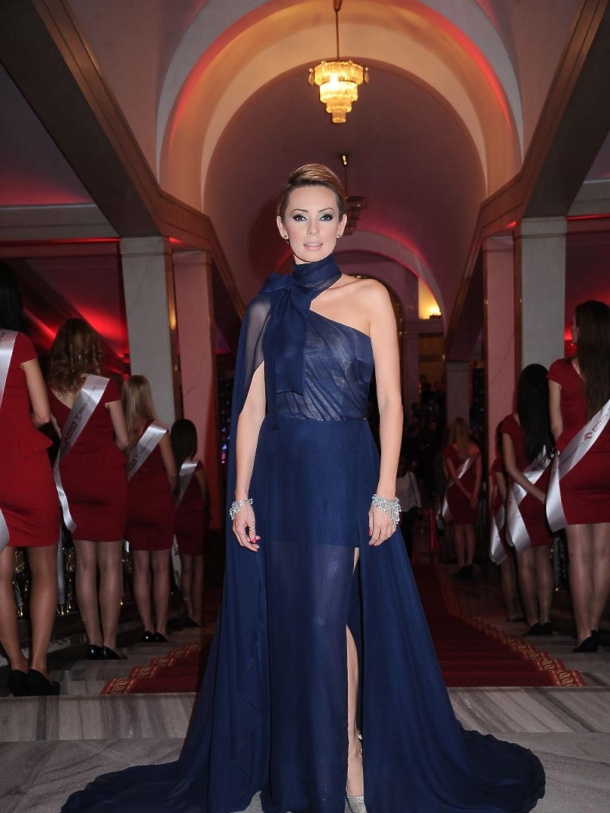 Dorota Gardias w granatowej sukience