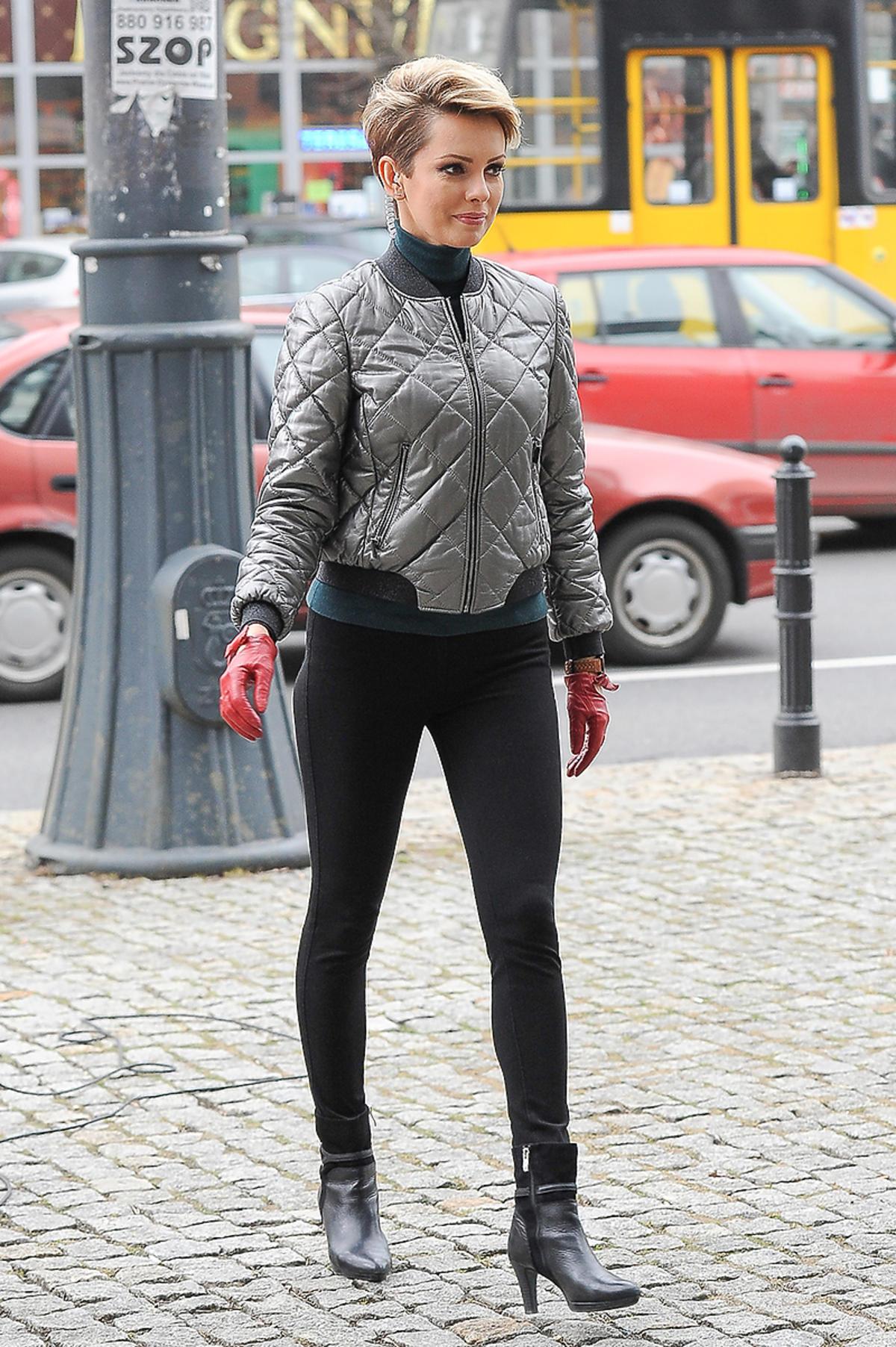 Dorota Gardias w pikowanej kurtce i legginsach